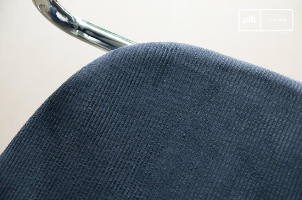 Der Stuhl Back in Norway Grau vereinigt harmonisch die glänzende Metallkonstruktion mit dem