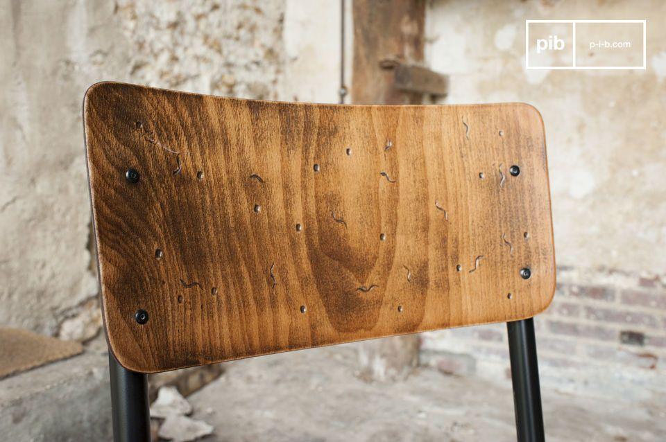 Der Sitz und die Rückenlehne bestehen ganz aus handpatiniertem Holz