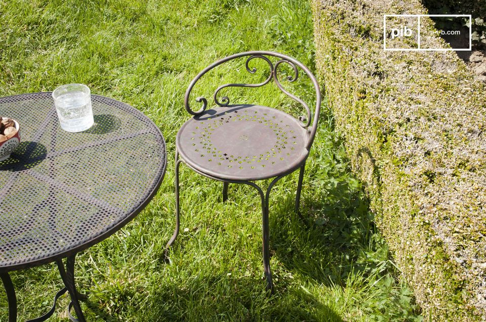 Dieser klassische schmiedeeiserne Stuhl besticht durch seine verspielte, charmante Rückenlehne