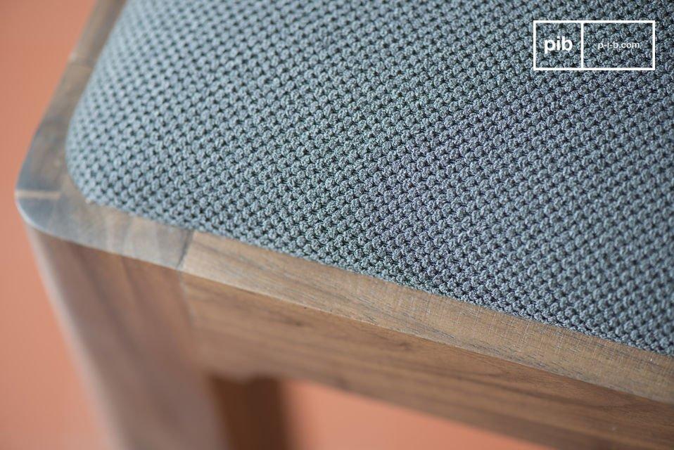 Der aus Nussholz hergestellte Stuhl Hemët erinnert an die skandinavischen Möbel Mitte des 20