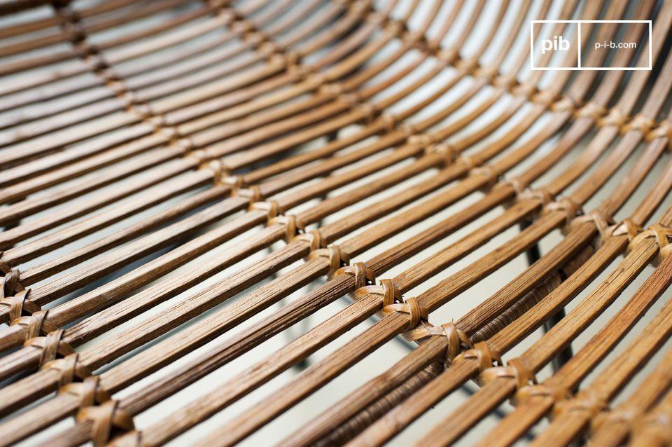 Der Sitz des Stuhls Khalama besteht aus handgeflochtenem und leicht lackiertem Rattan