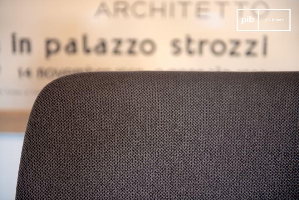 Der Stuhl Larssön besteht komplett aus massivem Akazienholz und ist besonders stabil