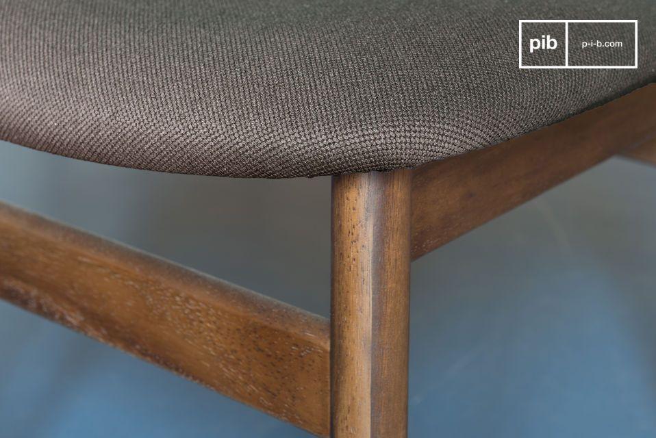 Die schlichte und elegante Form des Stuhles hat seine Ursprünge in dem skandinavischen Mobilar des