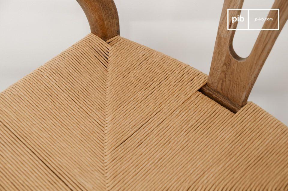 Der Stuhl Mänttä besteht ganz aus massivem Eichenholz und verbindet Vintage Design mit Robustheit