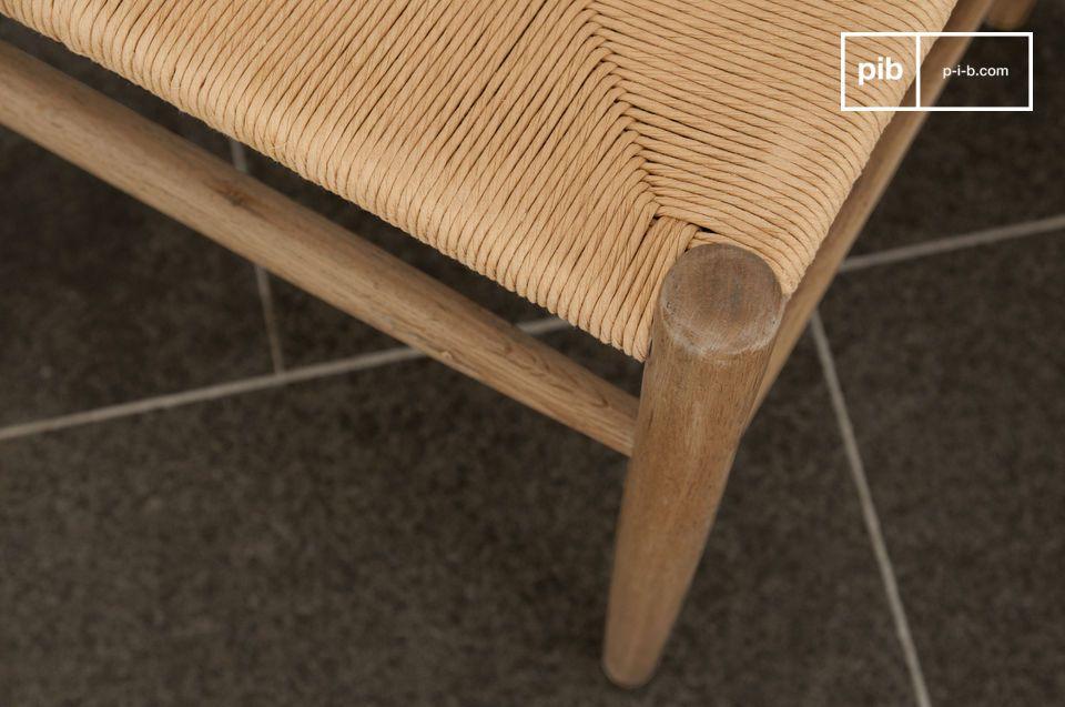 Dieser Stuhl strahlt durch seine Schlichtheit und die Eleganz des hellen Holzes