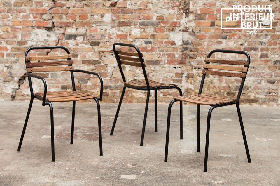Dieser solide Stuhl aus Stahl und Massivholz ist wunderschön und gewährleistet einen guten