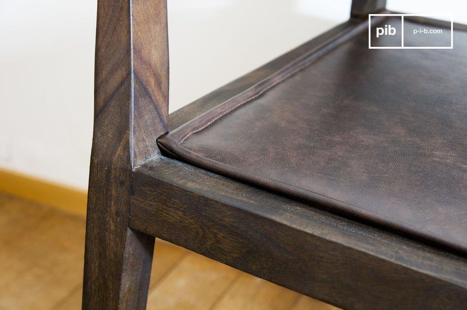 Für die schöne Verarbeiteten Kanten der Armlehnen und Beine dieses Stuhles wurde ein dunkles Holz