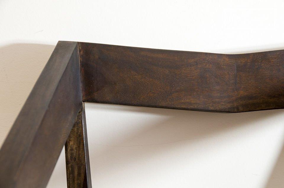 Die Schlichtheit dieses Stuhles mit Armlehnen ermöglicht es ihn in jede Einrichtung zu integrieren