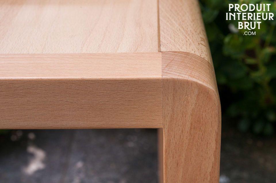 Die breite Sitzfläche und gebogene Rückenlehne dieses Stuhls zaubern einen gemütlichen Flair