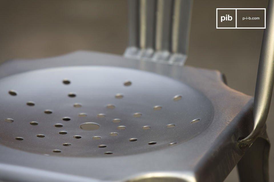 Metall-Finish einer Ikone der Industriemöbel