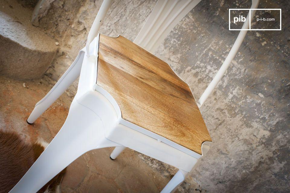 Schöne Verbindung zwischen Holz und weissem Metall