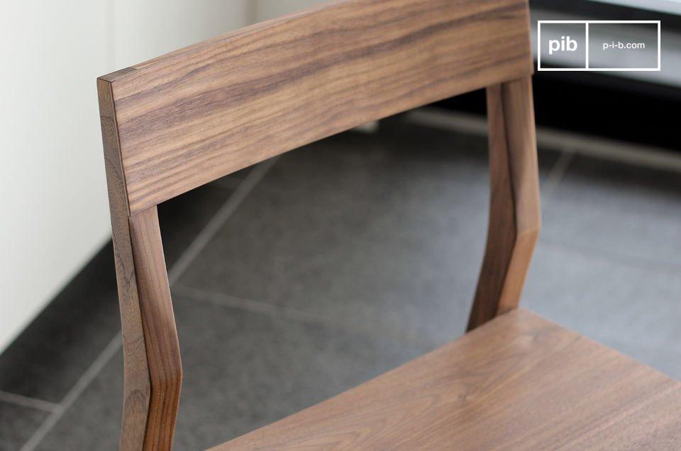 Die Stühle bestehen aus funiertem massivem Nussholz