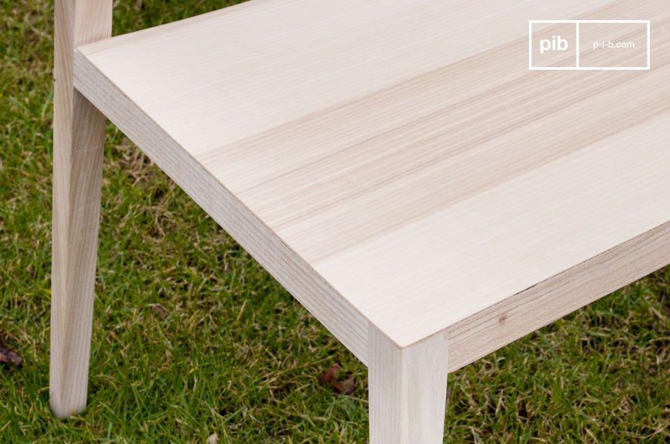 Dieser Stuhl besteht aus massivem Eschenholz und erinnert an die Eigenschaften skandinavischer