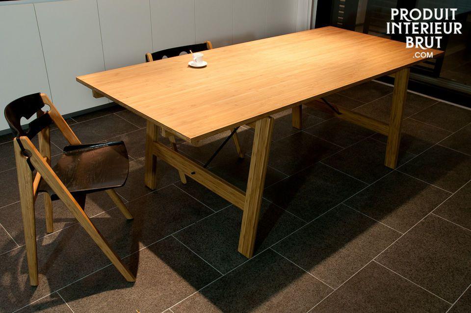 Dieser Stuhl ganz aus Bambus präsentiert sich im resoluten Vintage und skandinavischen Design