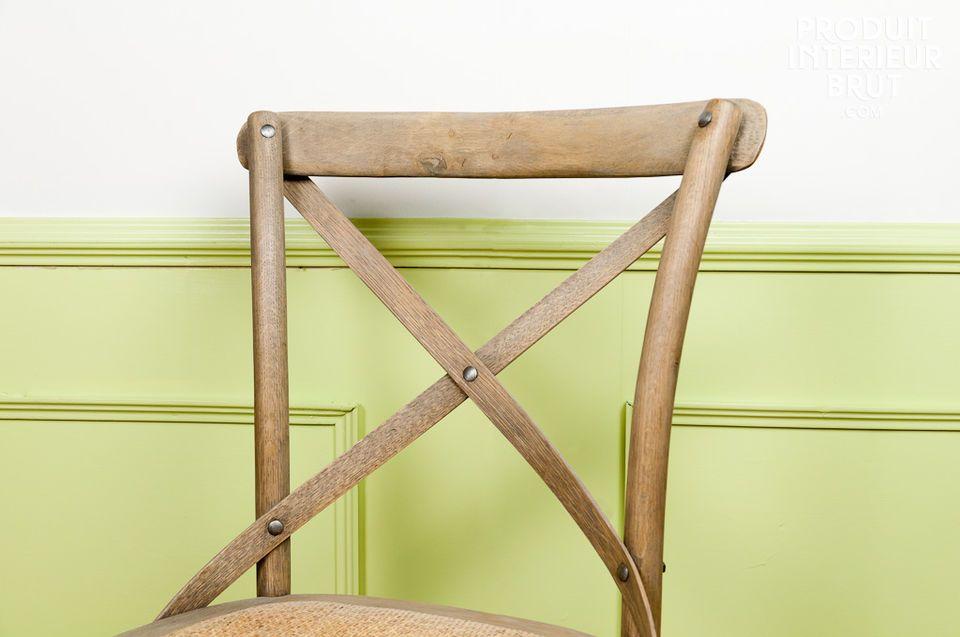Sitzfläche aus Rohrgeflecht und Massivholz
