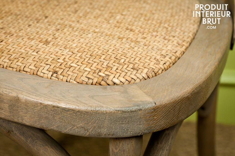 Der Stuhl Pampelune aus massiver Eiche besticht durch seine authentische und natürliche