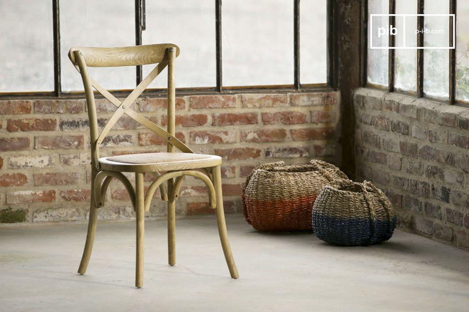Der Stuhl Pampelune wurde von Hand zusammengebaut und lackiert
