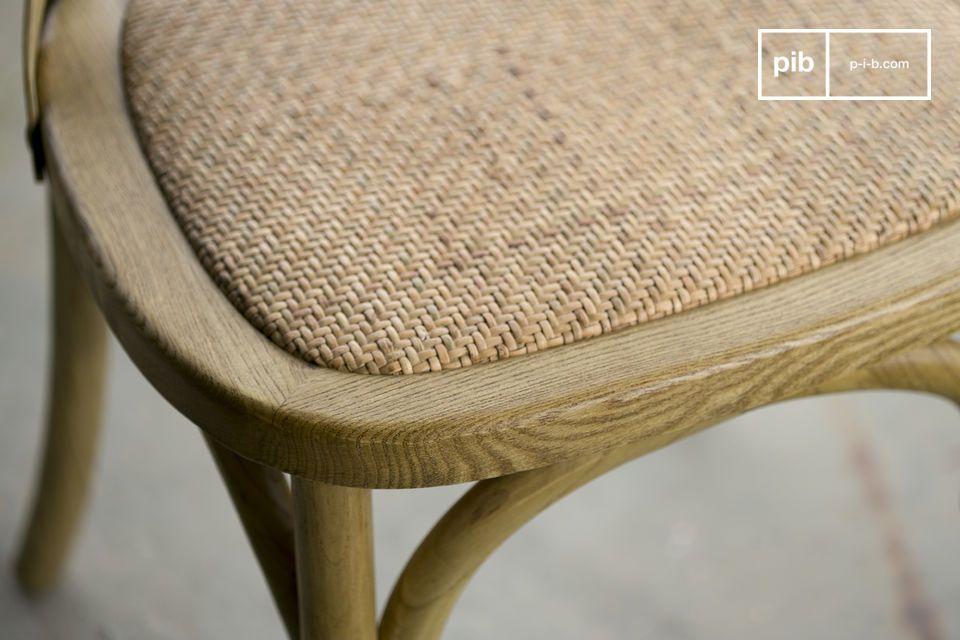 Der Stuhl versichert einen besonderen Sitzkomfort dank seinem dicht gepolsterten Flechtwerk und