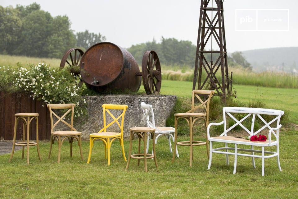 Charme und Robustheit des Ulmenholzes in einem Stuhl kombiniert