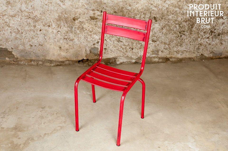 Dieser besonders robuste Stuhl hat ein sehr schönes rotes Patina-Finish