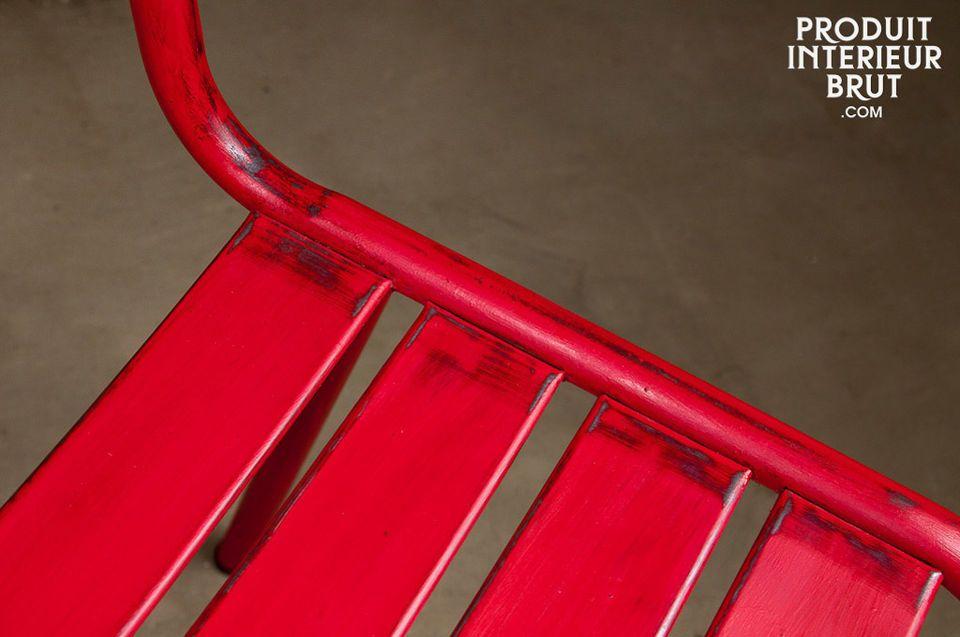 Robuster Stuhl mit graziösen Linien