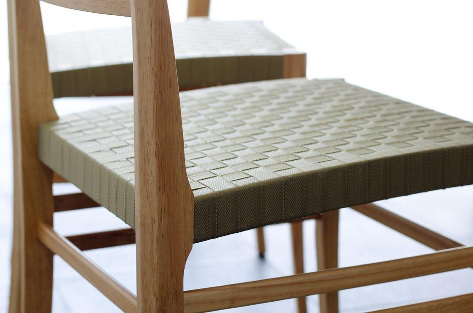 Helles Holz und geflochtener Sitz für eine gelungene nordische Note