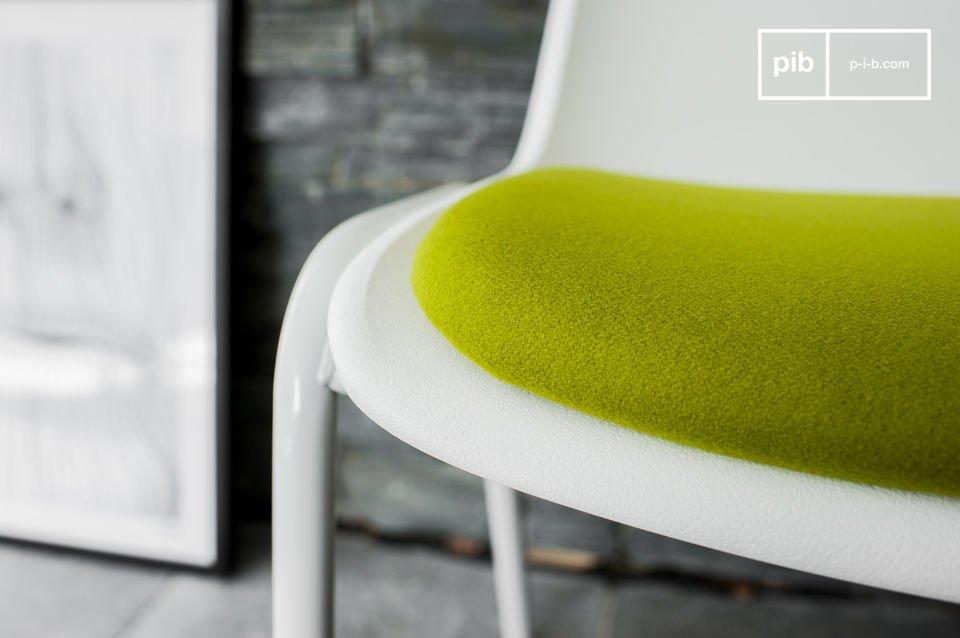 Der Stuhl Sören Grün ist vom Möbeldesign der 50er Jahre inspiriert und besitzt eine makellose