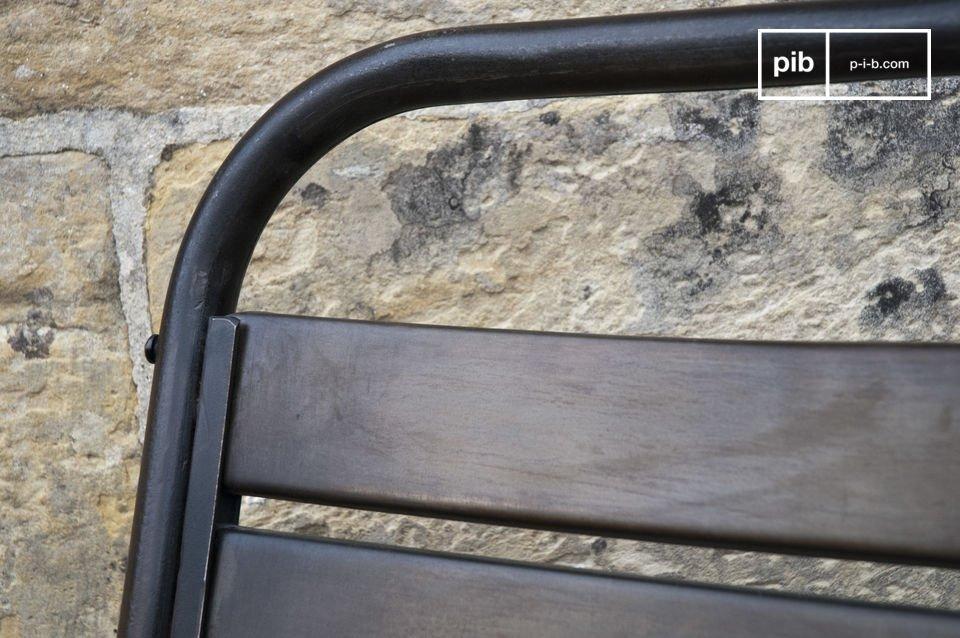 Origineller und sehr bequemer Stuhl dank seiner 10 gebogenen, breiten Latten