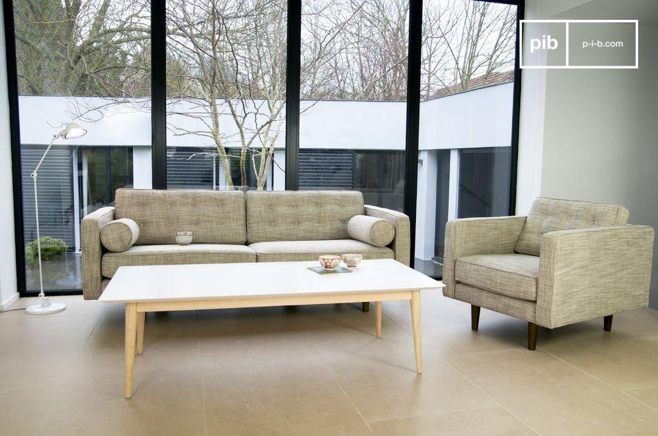 Ein Sofa voll im 50er-Look mit seinen zylinderförmigen Armlehnen und dünnen Holzfüßen