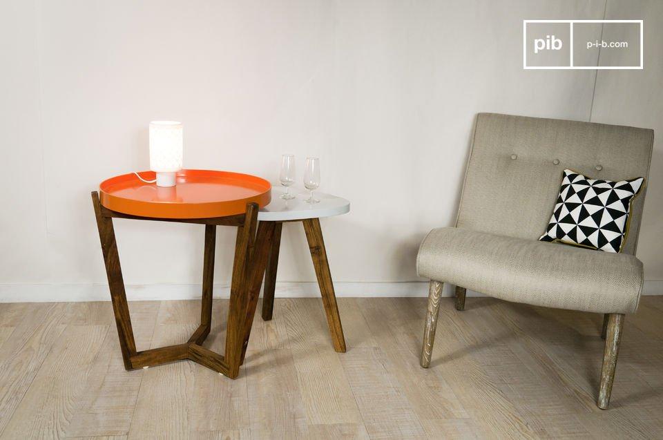 Das praktische orangene Tablett mit hochgezogenen Rändern kann ganz einfach abgenommen und zum Transportieren von Gläsern oder Kaffeetassen vom Wohnzimmer in die Küche verwendet werden