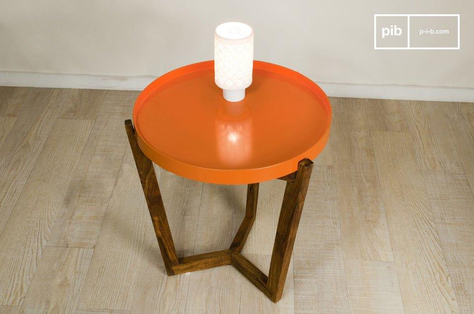 Das Tischchen Stockholm mit abnehmbarem Tablett kann neben dem Sofa