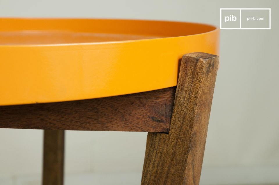 Das praktische orangene Tablett mit hochgezogenen Rändern kann ganz einfach abgenommen und zum