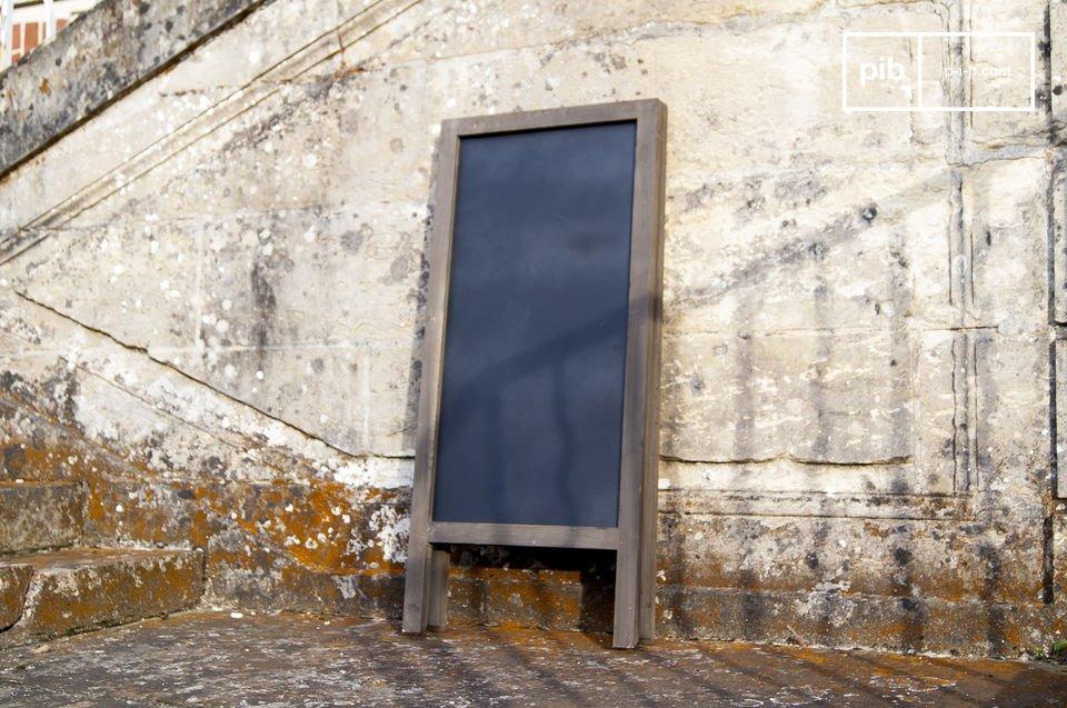 Ganz aus Holz hergestellt präsentiert die Tafel Nîmes