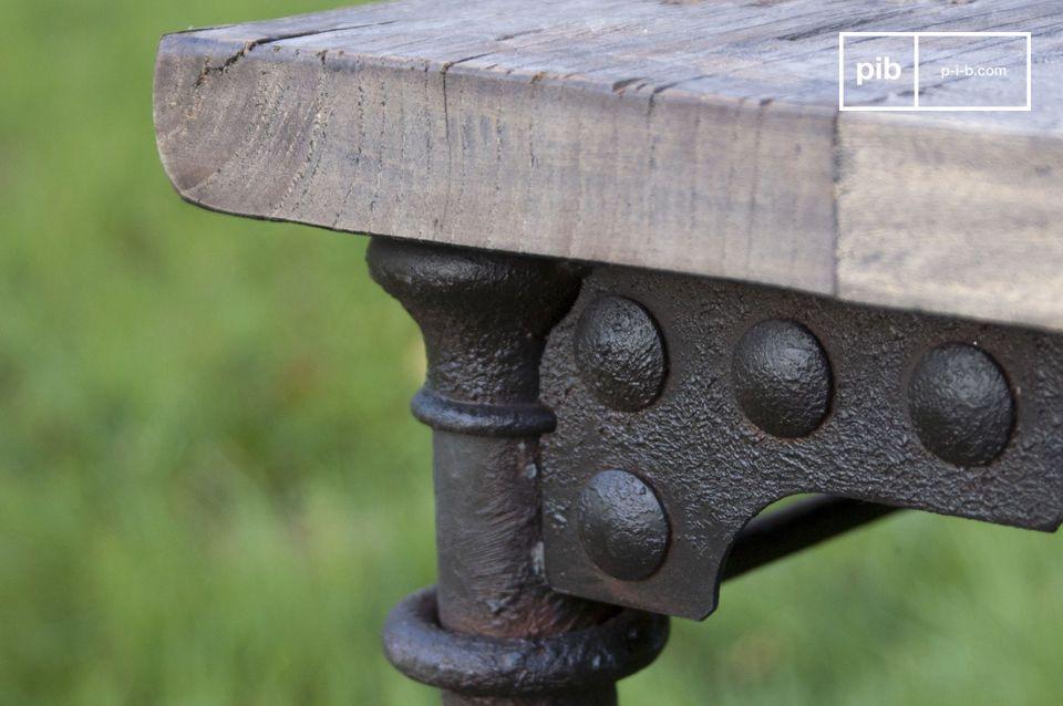 Seinen einzigartigen Charme verdankt dieses  Vintage-Möbel  dem grauen Holz und braunen Gestell