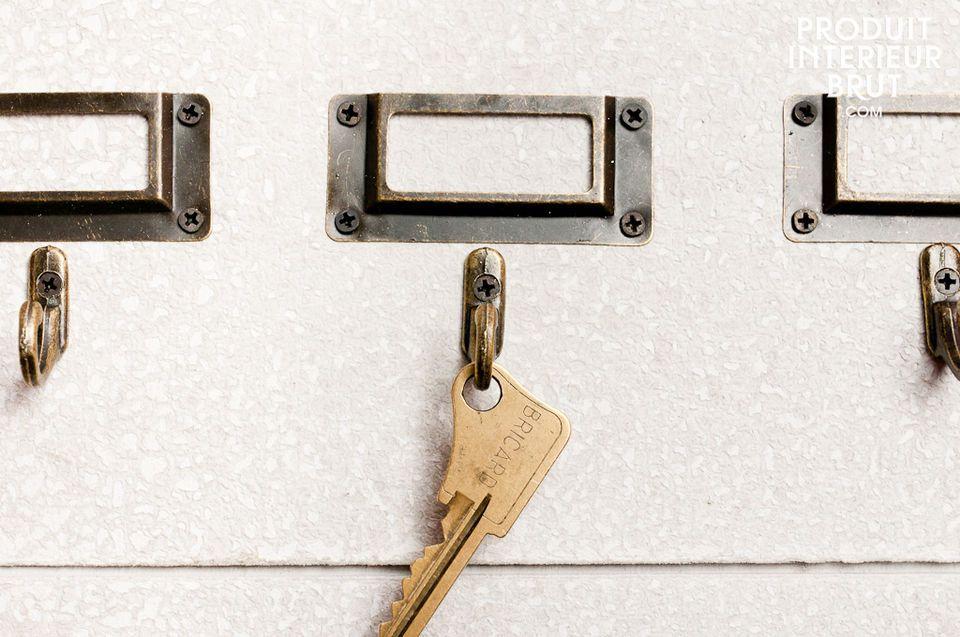 Ein Brett mit vielen Haken für Ihre Schlüssel