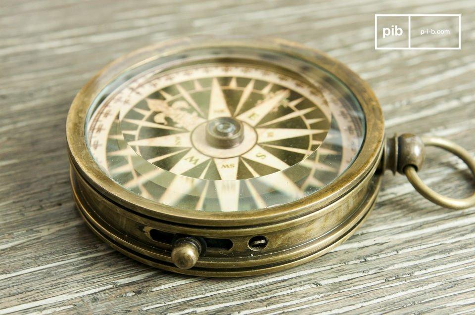 Ein effizienter Kompass aus Messing als dekoratives Element im Retro Style