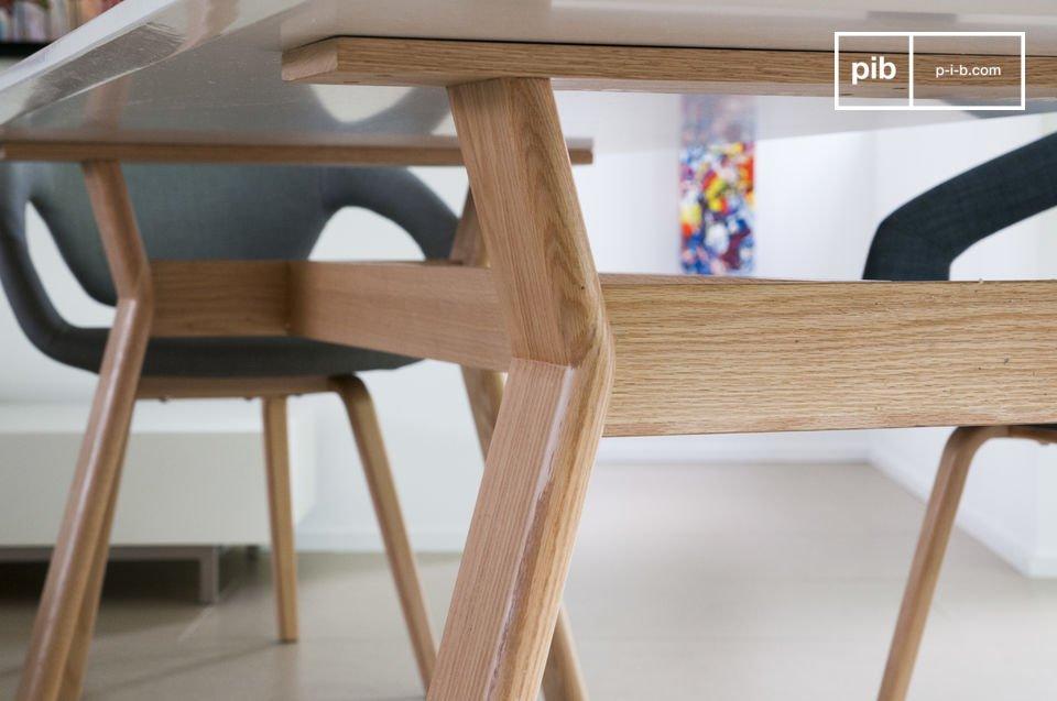 Der Tisch Augstü besitzt mit seiner Platte aus weiß lackiertem Holz und den Tischbeinen aus