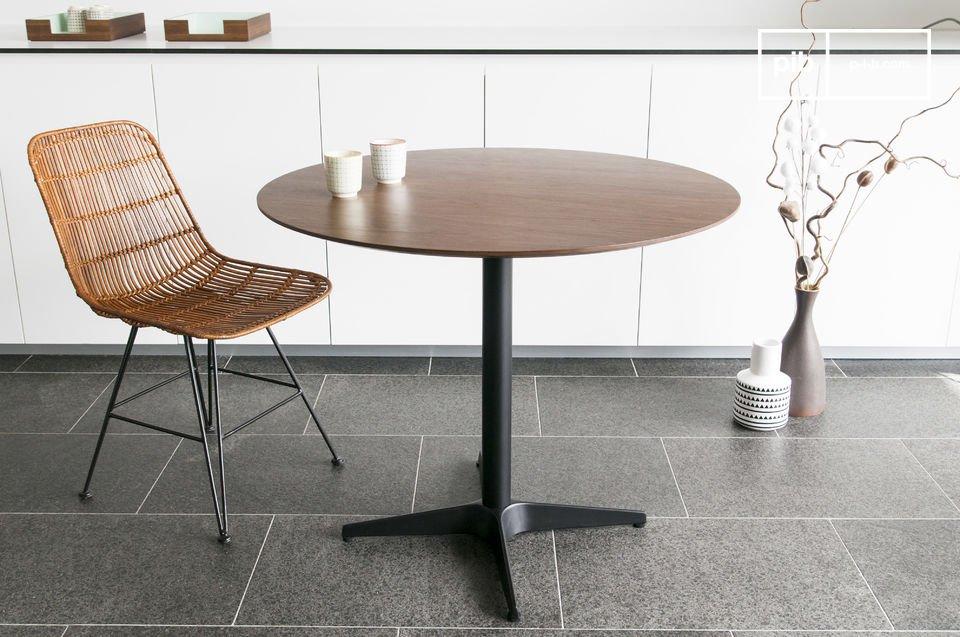 Ein Tisch im skandinavischen Stil der 60er Jahre