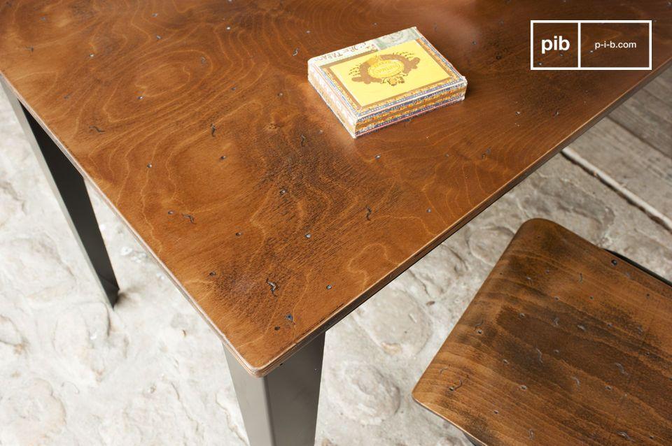Ein Schreibtisch oder schlichter Esstisch im resoluten industriellen Design