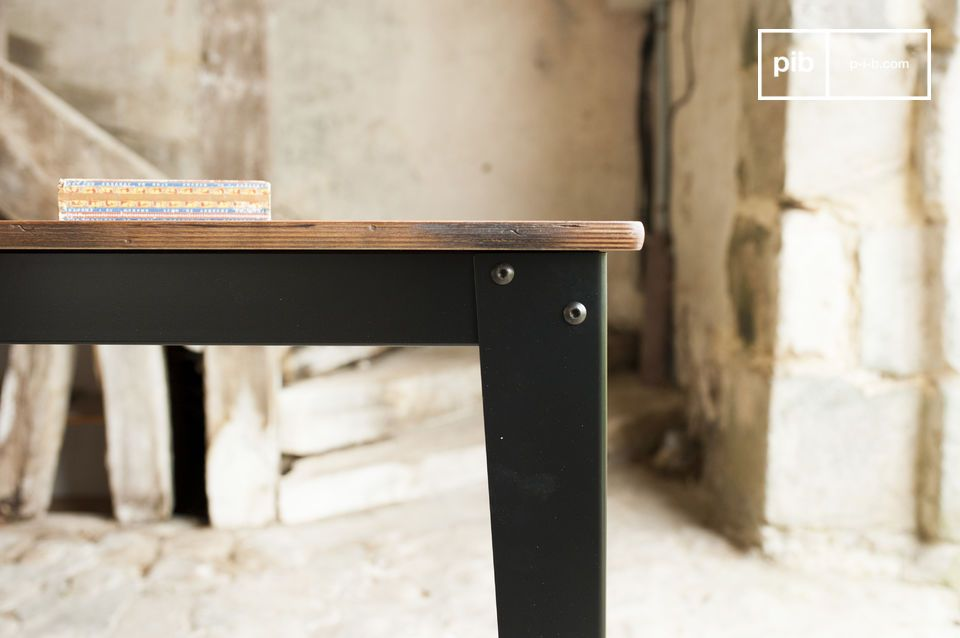 Die Platte des Tischs Doinel besteht aus Birkenholz, das schön patiniert und lackiert wurde