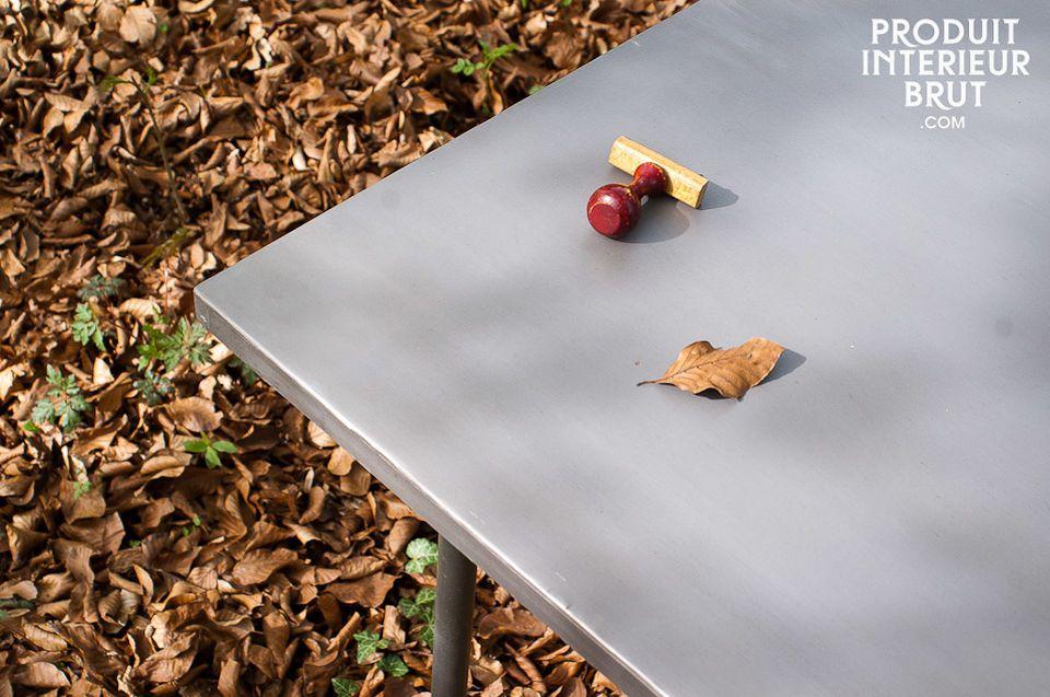 Der Tisch Échafaudage ist dank seines Fußgestells aus Metallrohren und seiner für so große