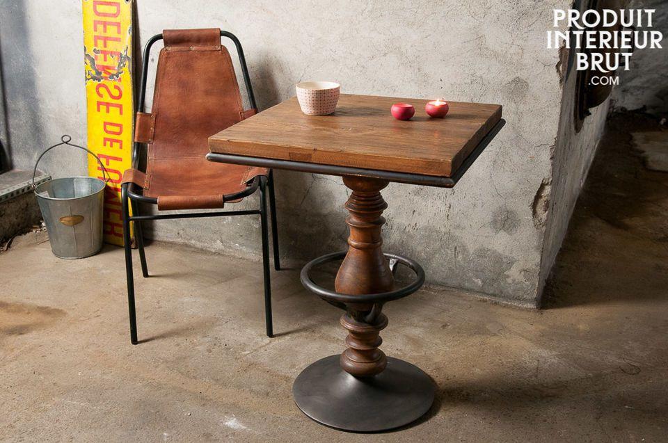 Dieser Tisch besteht aus einer gelungenen Kombination aus lackiertem alten Ulmenholz mit