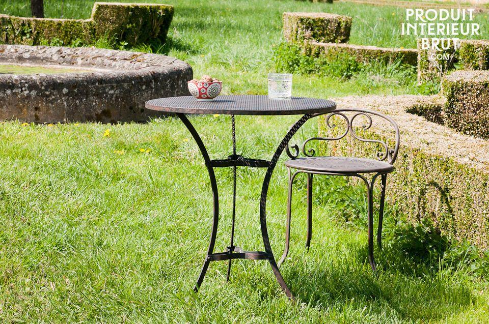 Das geschwungene Gestell dieses Tischs verleiht ihm eine charmante Note