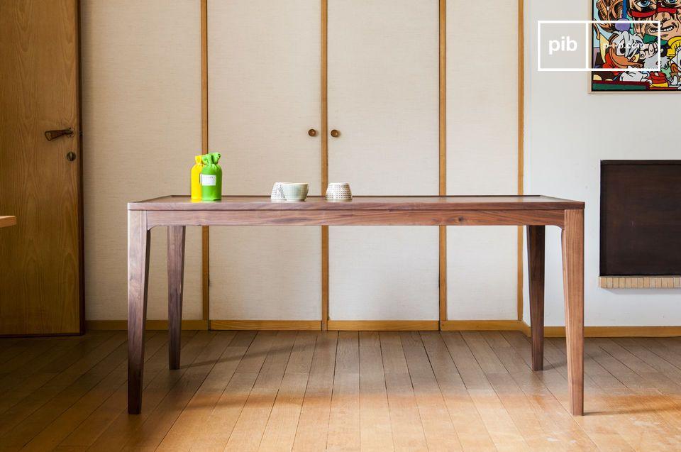 Der aus Nussholz hergestellte Tisch Hemët erinnert an die skandinavischen Möbel Mitte des 20