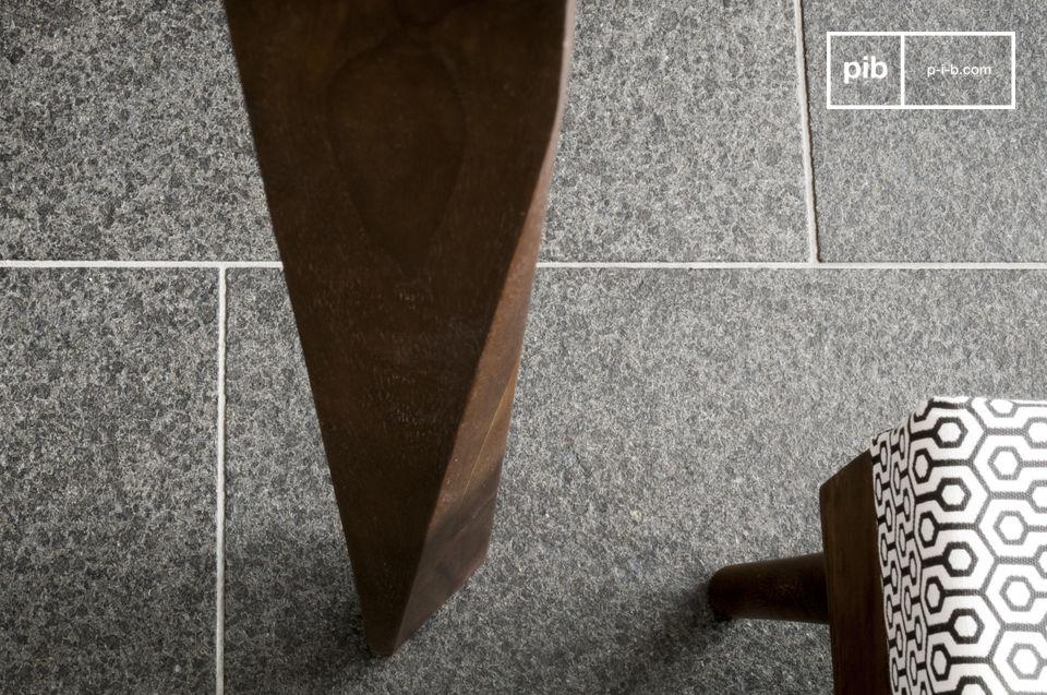 Dieser aus massivem Rosenholz gefertigte Tisch ist mit einer dunklen Nussbraunen lackierten Farbe