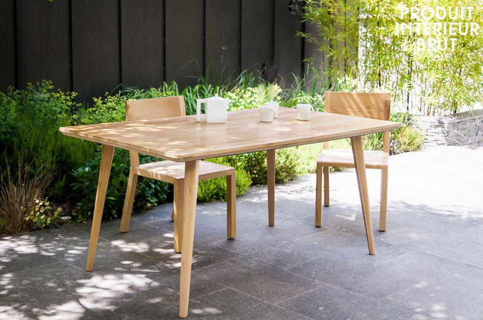 Mit Metallverstärkungen unter der Platte ist der Tisch Möka wahrlich ein robustes Möbel
