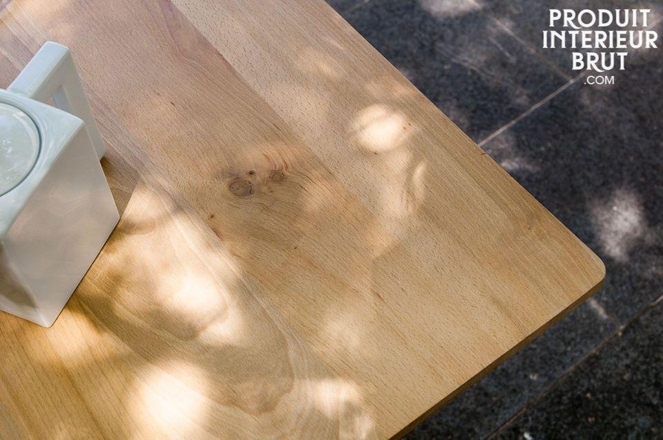 Seine Beine und leicht facettierte Platte bringen dem Tisch einfache Schlichtheit im typischen Stil