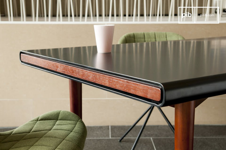 Die Eleganz eines schönes Tisches im nordischen Retro Design