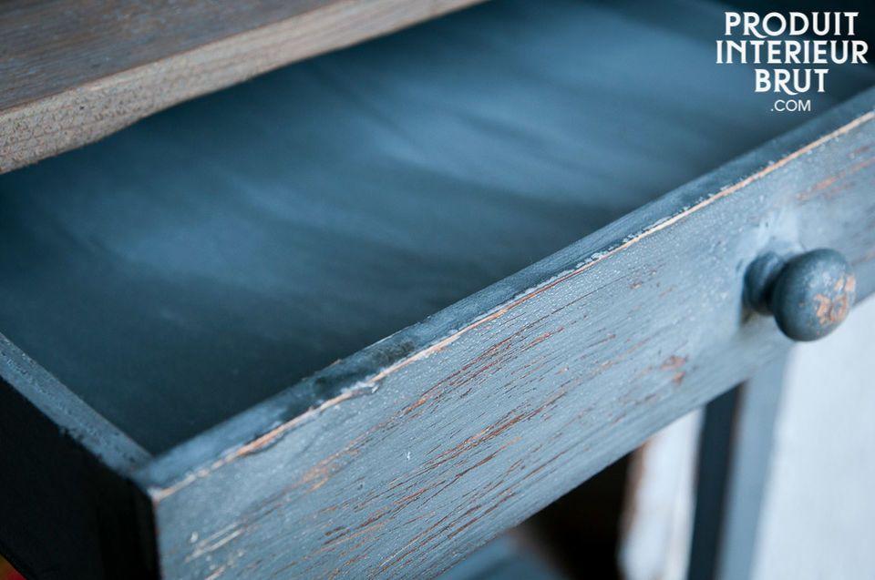 Der unglaubliche Charme eines kleinen patinierten Möbels