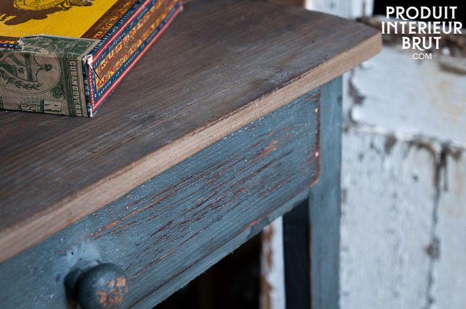 Der Tisch besteht ganz aus Kiefernholz, das eine wunderschöne Patina besitzt